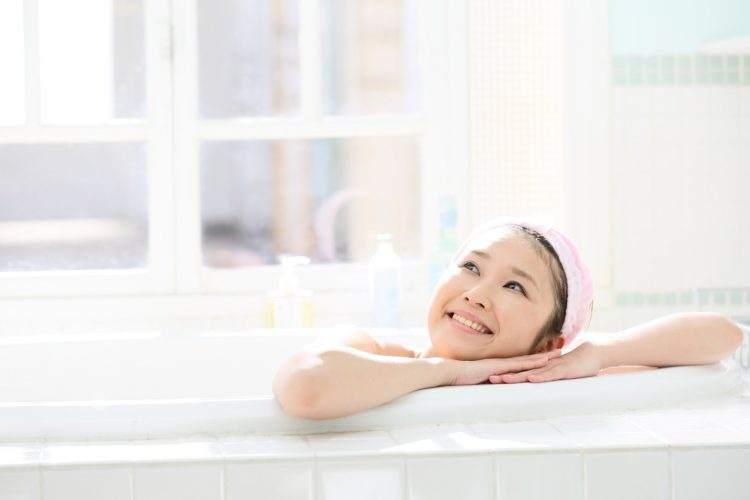 入浴中の女性の写真